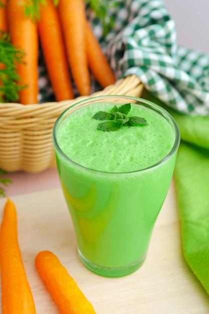 Smoothie verde em vidro Foto Premium