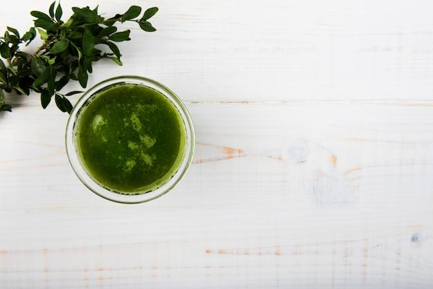 Smoothie verde natural em vidro com espaço de cópia Foto gratuita
