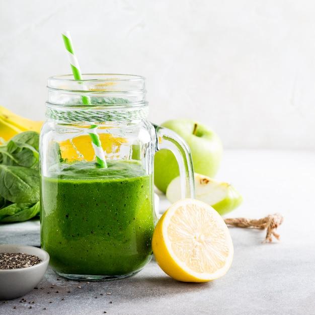 Smoothie verde saudável com espinafre em frasco de vidro Foto Premium