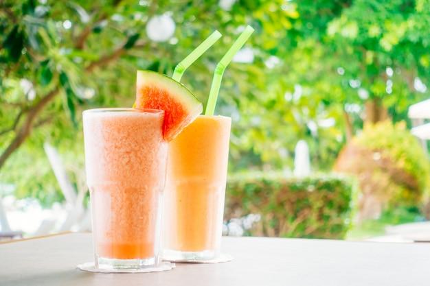 Smoothies de frutas e suco de mamão watermon em vidro Foto gratuita