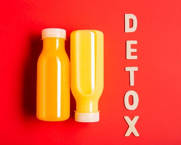 Smoothies de laranja com letras de desintoxicação Foto gratuita