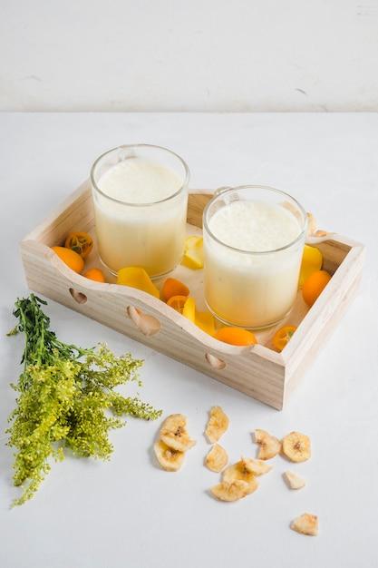 Smoothies deliciosos em caixa de madeira Foto gratuita