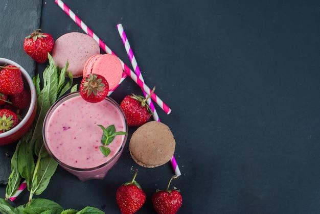 Smoothies refrescantes de morango e mirtilo Foto Premium