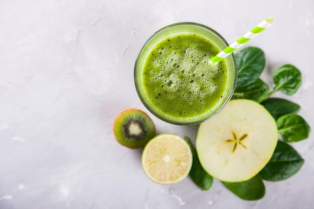 Smoothies verde. verão refrescante bebida. Foto Premium