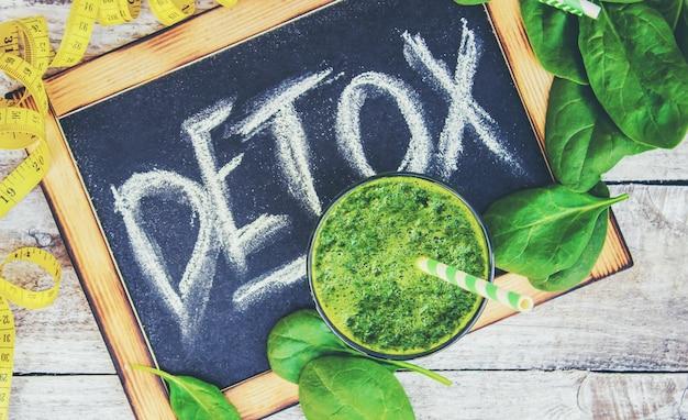 Smoothies verdes com legumes e frutas. dia de desintoxicação. emagrecimento e excreção de escória. alimentação saudável. foco seletivo. Foto Premium