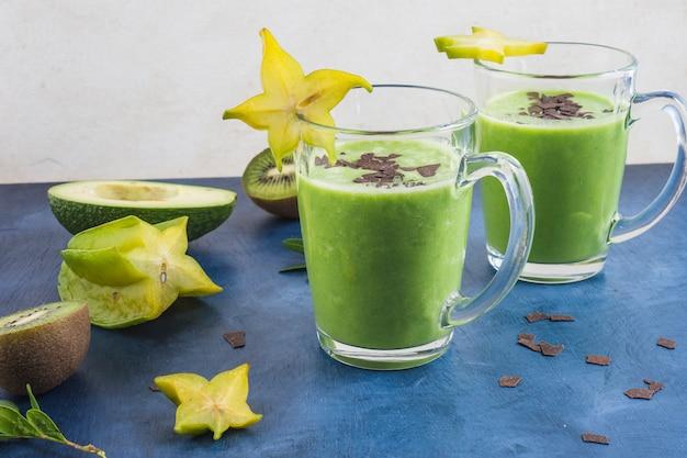 Smoothies verdes saudáveis e deliciosos Foto gratuita