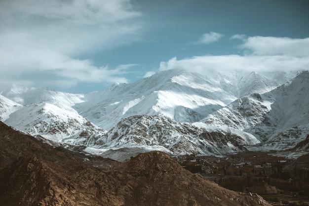 Snow mountain view do distrito de leh ladakh, índia Foto Premium
