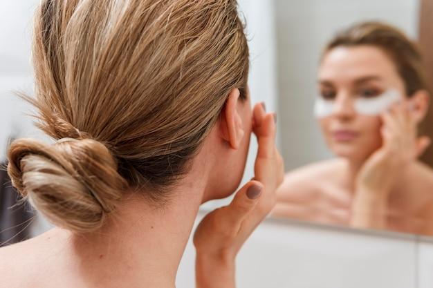Sob olho sacos tratamento turva espelho reflexão Foto gratuita