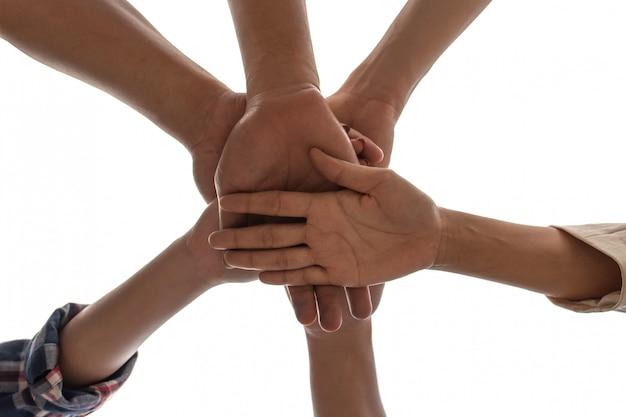 Sob vista amizade pessoas parceria trabalho em equipe empilhando as mãos no fundo branco Foto Premium