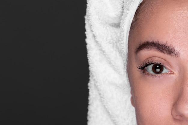 Sobrancelha close-up de menina bonita Foto gratuita