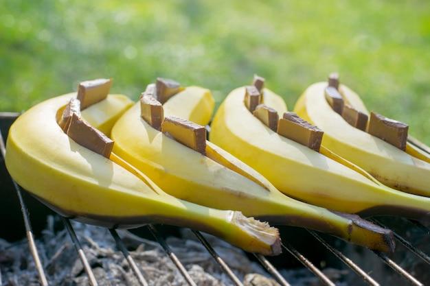 Sobremesa de banana com chocolate. preparação na grelha. cardápio de verão Foto Premium