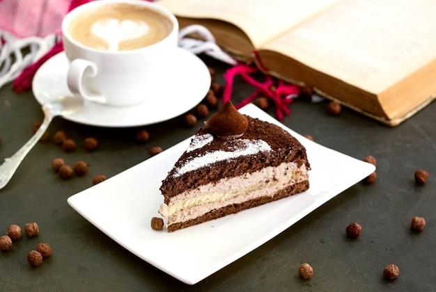 Sobremesa de café com chocolate por cima Foto gratuita