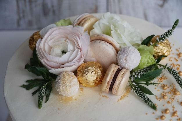Sobremesa de casamento delicioso e bonito para uma padaria familiar com uma decoração floral dourada close-up Foto Premium