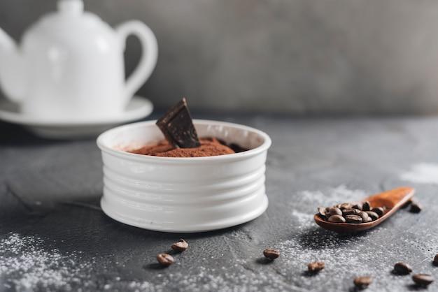 Sobremesa de chocolate alce com grãos de café na bancada da cozinha Foto gratuita
