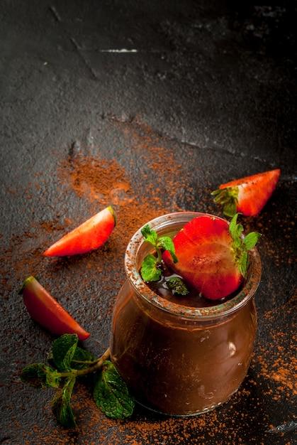 Sobremesa de chocolate com morangos e hortelã Foto Premium