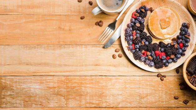 Sobremesa de dia dos pais com panquecas de vista superior Foto gratuita