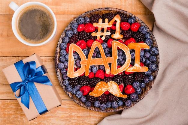Sobremesa de dia dos pais vista superior com presente Foto gratuita