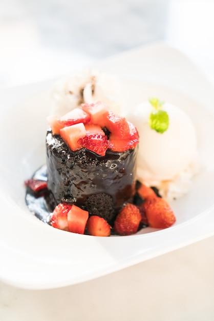 Sobremesa de lava de chocolate Foto gratuita