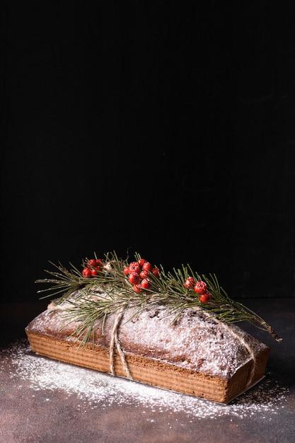 Sobremesa de natal em ângulo elevado com frutas vermelhas e espaço de cópia Foto gratuita