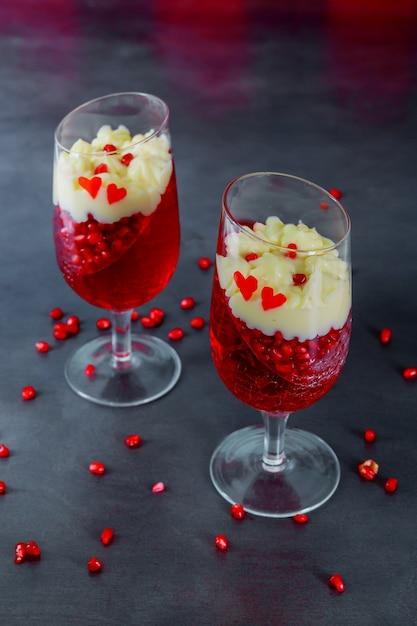 Sobremesa de panakota de geléia de romã closeup decorada com creme em vidro Foto Premium