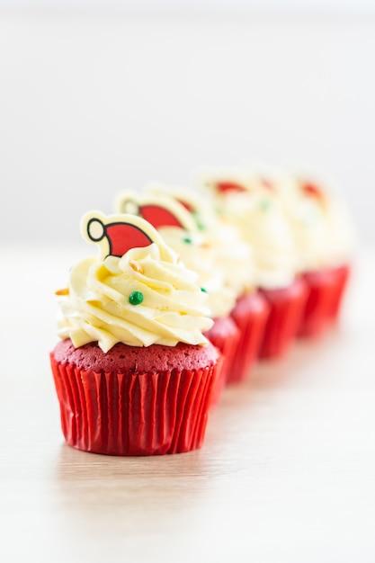 Sobremesa doce com veludo vermelho cupcake Foto gratuita
