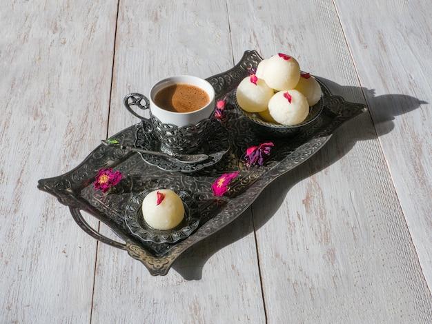 Sobremesa indiana rasgulla. doce servido em uma tigela, vista superior. Foto Premium