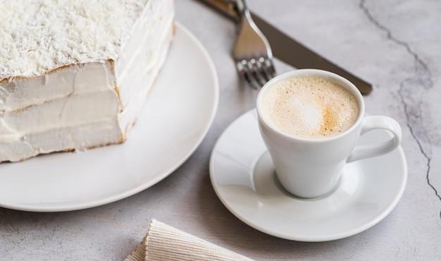 Sobremesa saborosa de close-up e uma xícara de café Foto gratuita