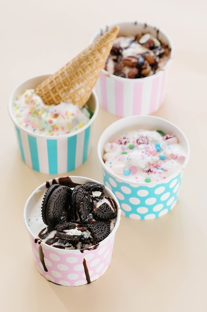 Sobremesa. sorvete delicioso na mesa Foto gratuita