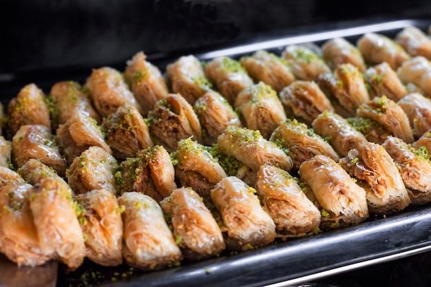 Sobremesa tradicional turca - baklava com pistache em uma bandeja Foto Premium