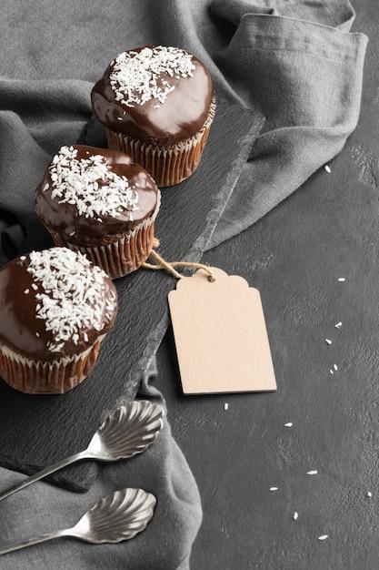 Sobremesas de chocolate de alto ângulo com etiqueta Foto gratuita
