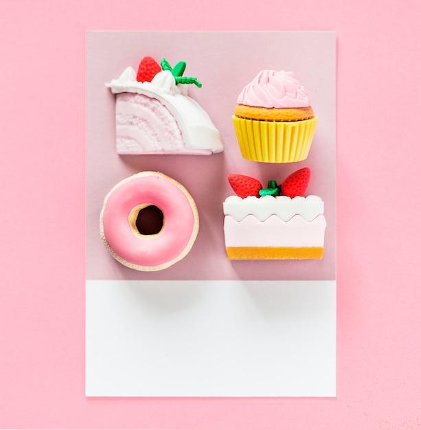Sobremesas doces em um cartão colorido Foto gratuita