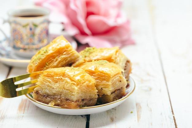 Sobremesas orientais tradicionais em fundo de madeira Foto Premium