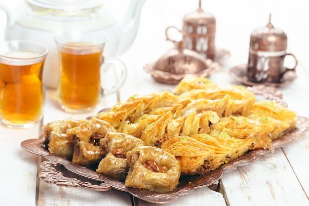 Sobremesas orientais tradicionais em madeira Foto Premium