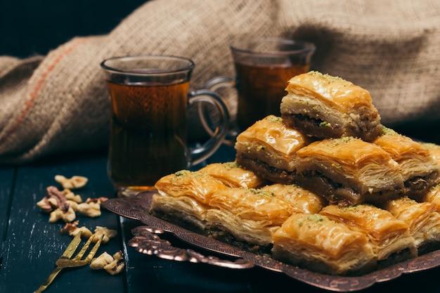Sobremesas orientais tradicionais na superfície de madeira Foto Premium