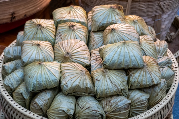 Sobremesas tailandesas em bandejas preparadas para venda Foto Premium