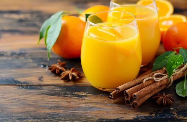 Soco de laranja quente picante de coquetel de inverno outono com anis de canela e cravo. Foto Premium