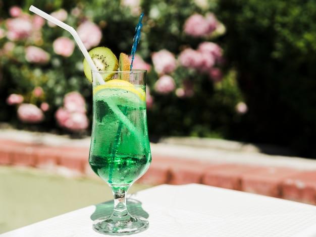 Soda kiwi verde na luz solar Foto gratuita