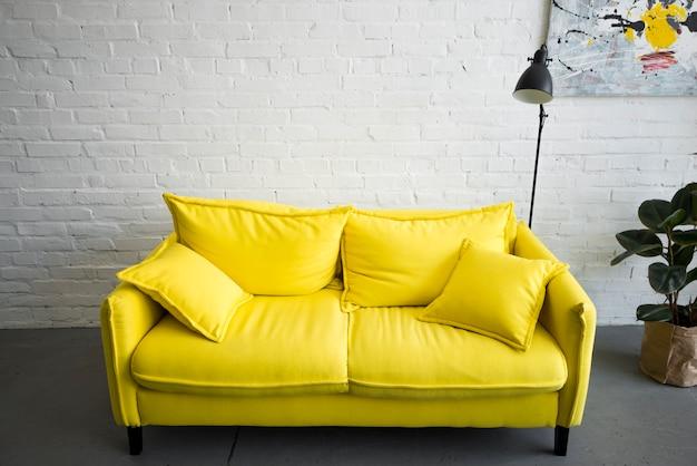 Sofá amarelo vazio em casa Foto gratuita