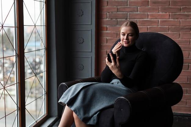 Sofá bonito do womanon novo com móvel Foto gratuita