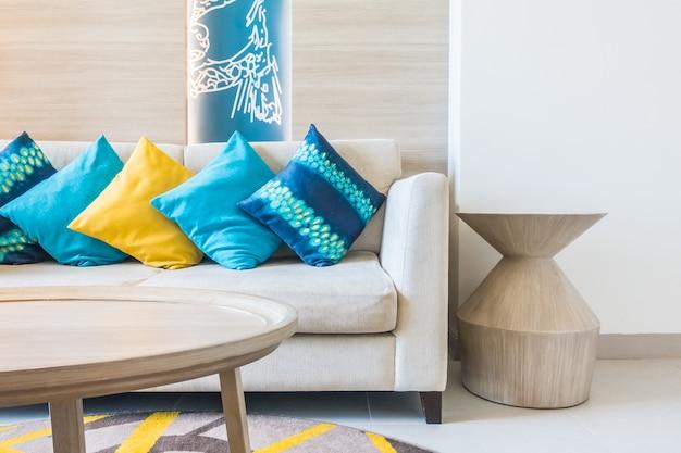 Sofá com almofada azul Foto gratuita