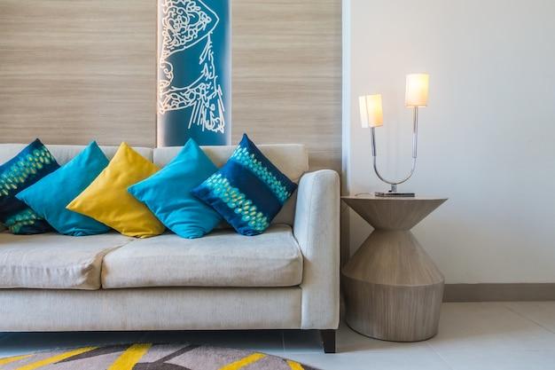 Sofá com muitas almofadas Foto gratuita
