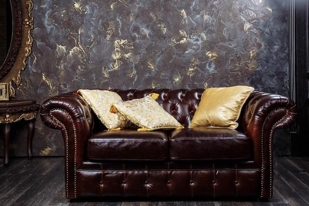 Sofá de couro no interior de luxo estilo vintage Foto Premium