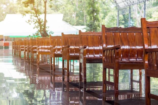 Sofá de madeira vazio em linha Foto Premium