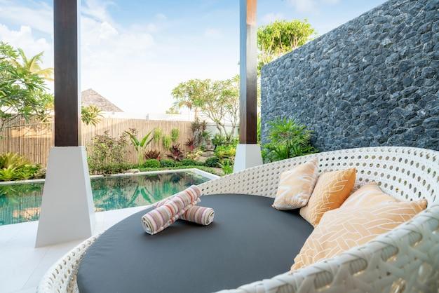 Sofá nas villas da piscina Foto Premium
