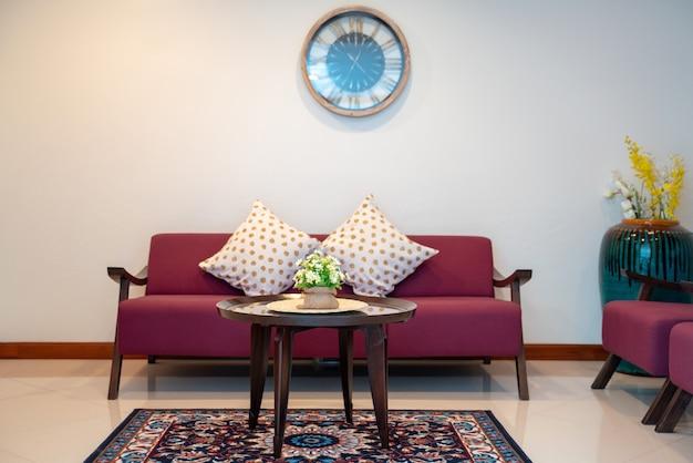 Sofá vermelho na sala de estar Foto Premium