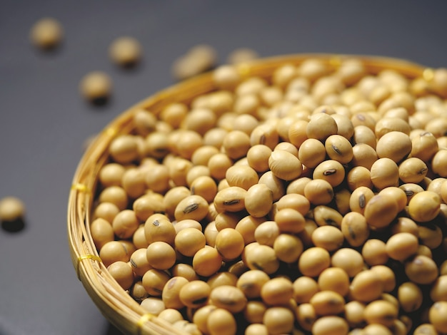 Soja, soja seca na cesta Foto Premium