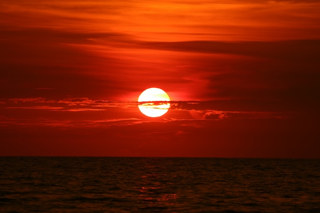 Sol de volta na onda de horizonte do sol céu na superfície do mar Foto Premium