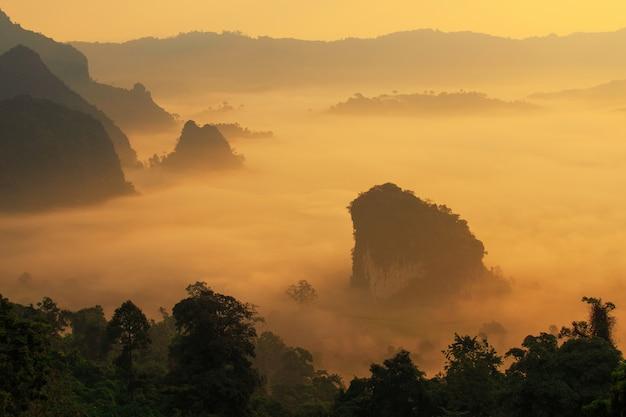 Sol e nuvens na névoa da manhã em phu lang ka, phayao, tailândia Foto Premium