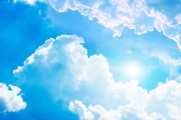 Sol entre nuvens Foto gratuita