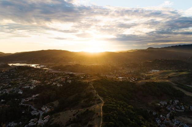 Sol nascendo em um cenário montanhoso no campo Foto gratuita